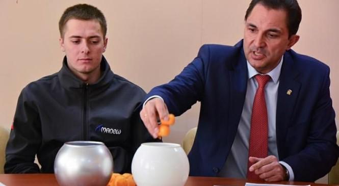 Призёр Паралимпиады провёл жеребьёвку турнира дворовых команд по хоккею на Сахалине