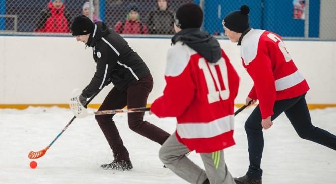 В Великих Луках прошел турнир по хоккею в валенках