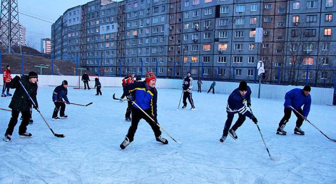 В день зимнего дворового спорта хабаровчане сыграли в хоккей